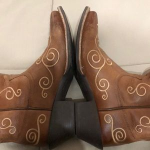 Ariat Shoes - Beautiful leather, square toe, embroidered wrist